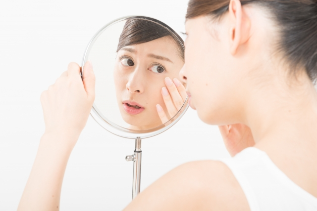 鏡を覗く女性
