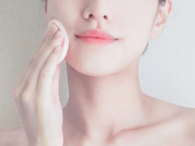 フラットな肌の女性